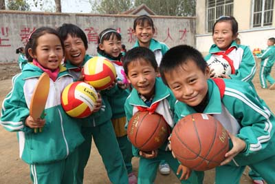 """""""公益体彩 快乐操场""""活动来到了莱芜,为将山联小等四所学校捐赠体育器材。孩子们抱着心爱的器材,脸上洋溢着幸福和快乐。.jpg"""